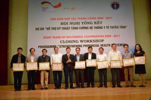 BSCKII Nguyễn Danh Linh (Áo trắng, thứ 3 bên trái sang) Nhận Bằng khen của Bộ Y tế
